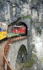 chur-rhaetische-bahn-ag-rhb/585850/ge-66-ii-nr704-faehrt-am Ge 6/6 II Nr.704 fährt am 03. September 2006vom Landwasserviadukt in den Tunnel vor Filisur ein. Die Lok zieht den Railrider-Zug.